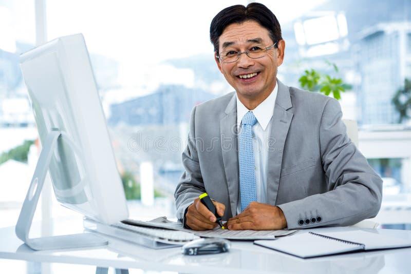 Portret van het gelukkige zakenman werken royalty-vrije stock afbeelding