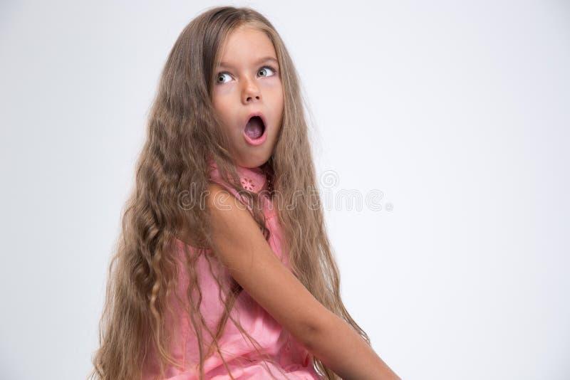 Portret van het geschokte meisje weg kijken stock foto's