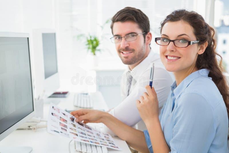 Portret van het glimlachen commerciële teambrainstorming royalty-vrije stock afbeeldingen