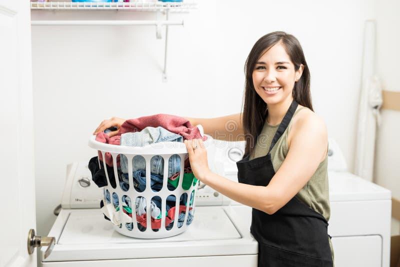 Portret van het glimlachen van de wasmand van de vrouwenholding stock afbeeldingen