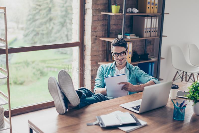 Portret van het glimlachen freelancer zitting thuis voor compu royalty-vrije stock fotografie