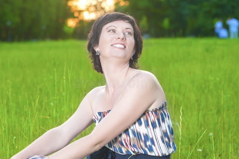 Portret van het Glimlachen het Kaukasische Donkerbruine Vrouw in openlucht Stellen stock afbeelding