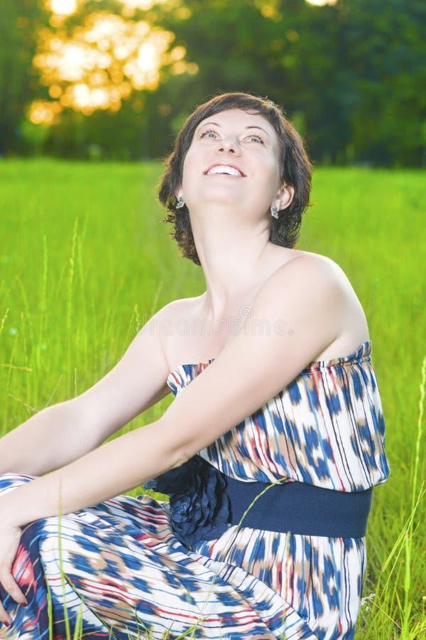 Portret van het Glimlachen het Kaukasische Donkerbruine Vrouw in openlucht Stellen royalty-vrije stock afbeelding