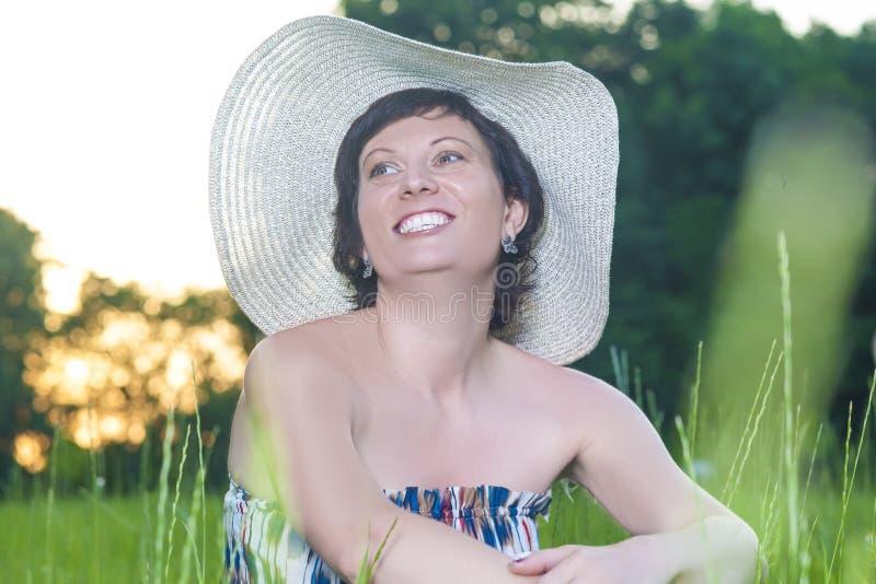 Portret van het Glimlachen het Kaukasische Donkerbruine Vrouw in openlucht Stellen stock foto