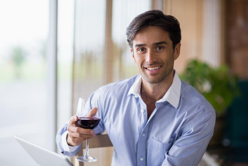 Portret van het glimlachen van het glas van de mensenholding rode wijn royalty-vrije stock fotografie