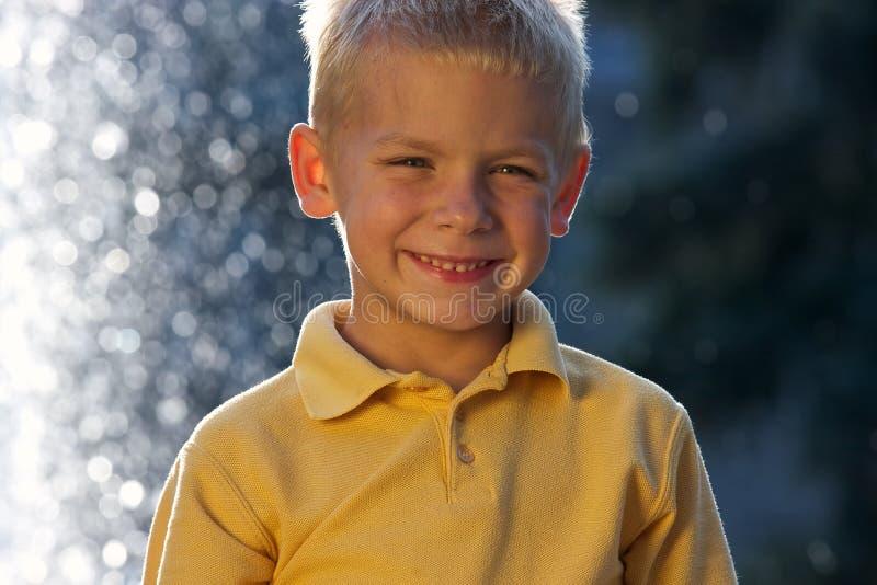 Portret van het glimlachen van weinig jongen royalty-vrije stock afbeelding