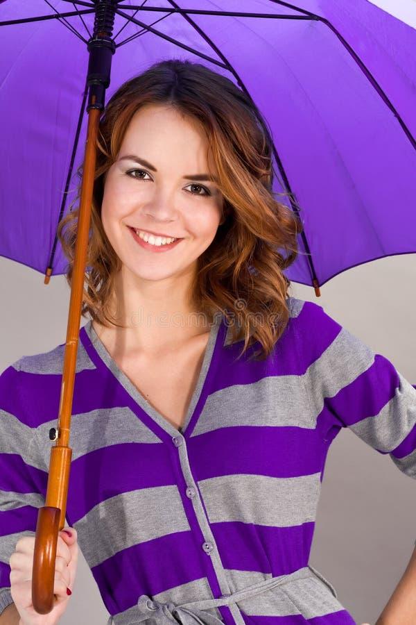 Portret van het glimlachende meisje onder een paraplu stock afbeeldingen