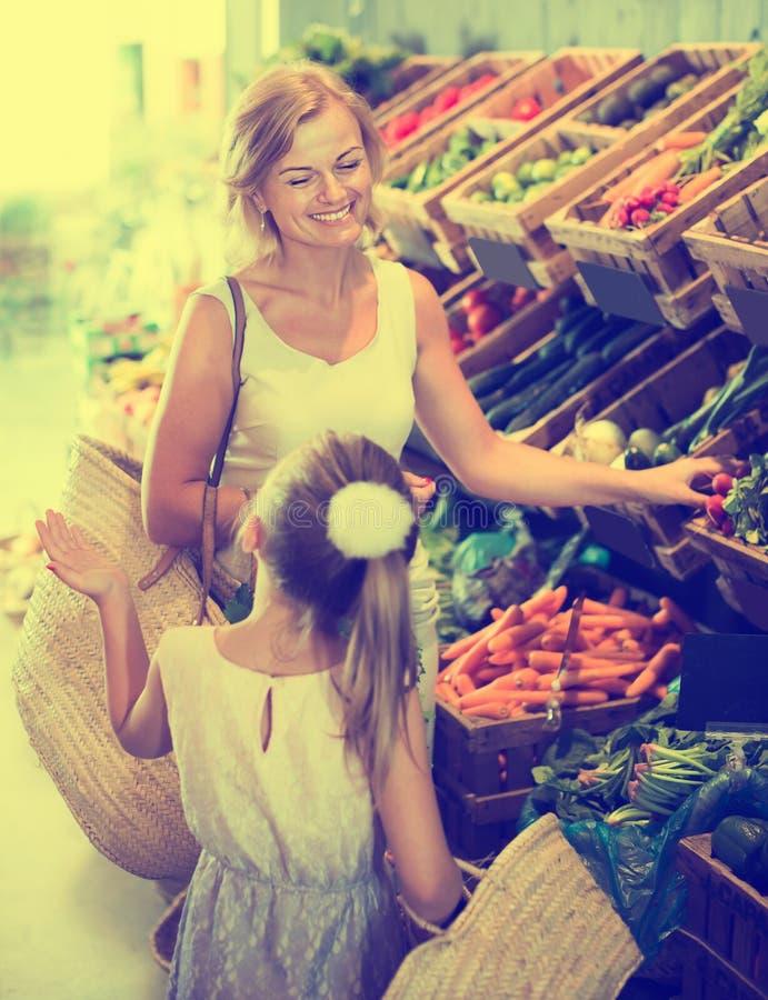 Portret van het glimlachende vrouw en meisjes winkelen stock foto's