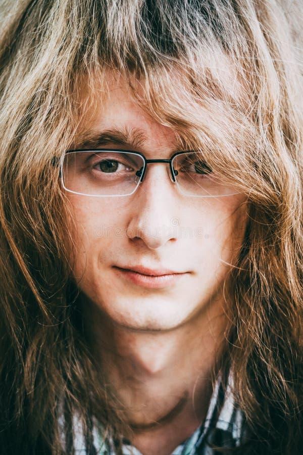 Portret van het Haar van de Jonge Mensenguy with glasses and long van de Rotsster stock foto's