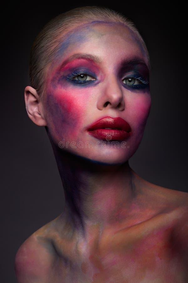 Portret van het heldere mooie meisje met kunst kleurrijke samenstelling royalty-vrije stock afbeelding