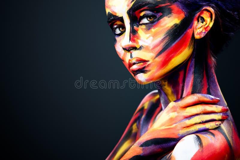 Portret van het heldere mooie meisje met kunst kleurrijke samenstelling en bodyart royalty-vrije stock afbeeldingen