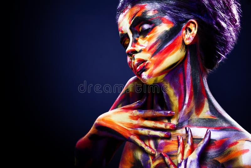 Portret van het heldere mooie meisje met kunst kleurrijke samenstelling en bodyart royalty-vrije stock fotografie