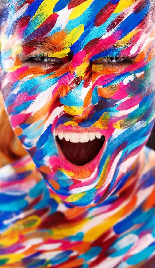Portret van het heldere mooie meisje met het schilderen kunst kleurrijke samenstelling op gezicht en bodyart Creatieve verticale  stock fotografie