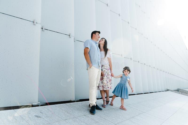 Portret van het houden van familie van concept Altijd gelukkig samen stock fotografie