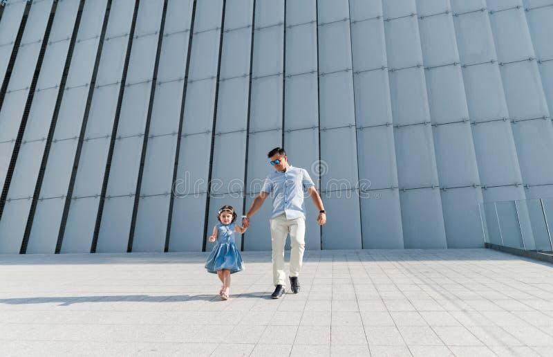 Portret van het houden van familie van concept Altijd gelukkig samen stock foto's