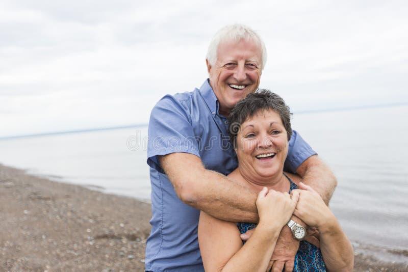 Portret van het houden van van hoger paar bij het strand stock foto