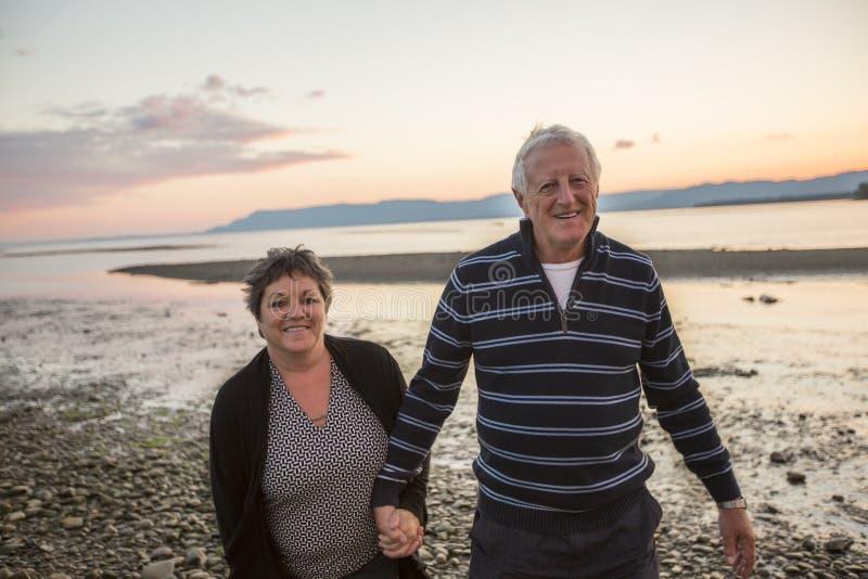 Portret van het houden van van hoger paar bij het strand royalty-vrije stock afbeelding
