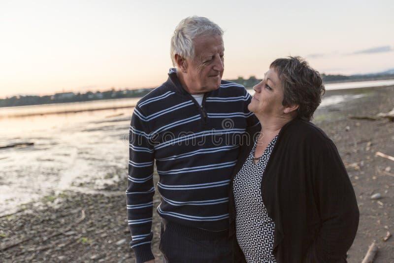 Portret van het houden van van hoger paar bij het strand royalty-vrije stock foto's