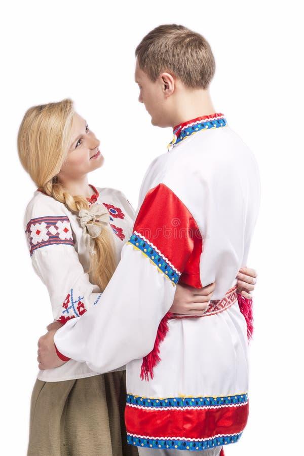 Portret van het Houden van van Omhelst Kaukasisch Paar in Nationale Witrussische en Russische Verfraaide Kostuums royalty-vrije stock afbeelding