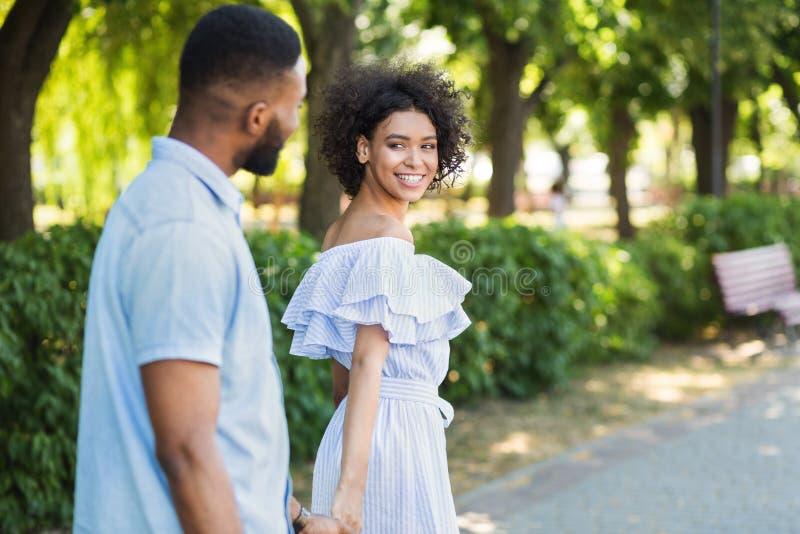 Portret van het houden van van paar die in park lopen royalty-vrije stock afbeelding