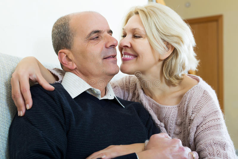 Portret van het houden van van bejaarde echtgenoten royalty-vrije stock afbeelding