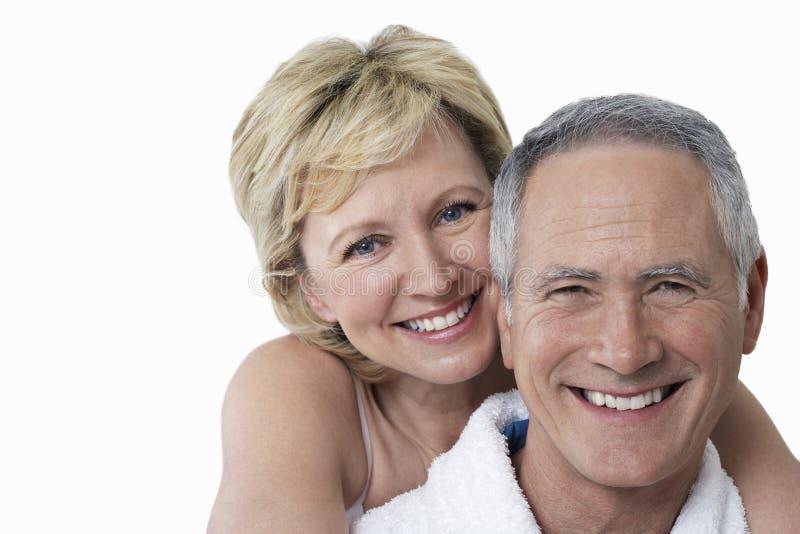 Portret van het houden van van paar die over witte achtergrond glimlachen royalty-vrije stock fotografie