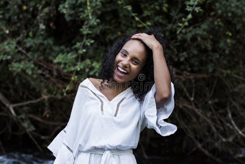 Portret van het jonge afro Amerikaanse vrouw glimlachen royalty-vrije stock afbeelding