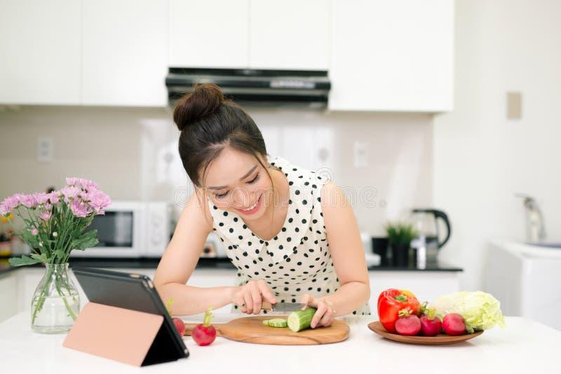 Portret van het jonge Aziatische mooie vrouw koken in keuken royalty-vrije stock afbeelding