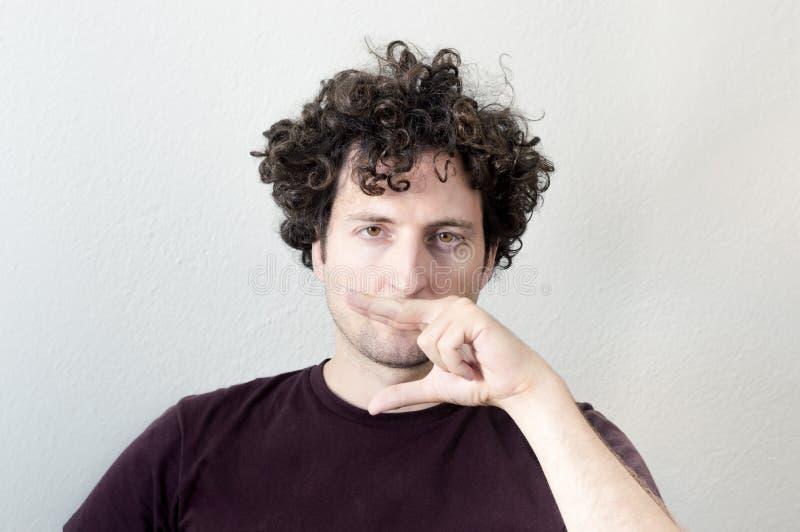 Portret van het jonge, Kaukasische, donkerbruine, krullende haired mens maken royalty-vrije stock foto's