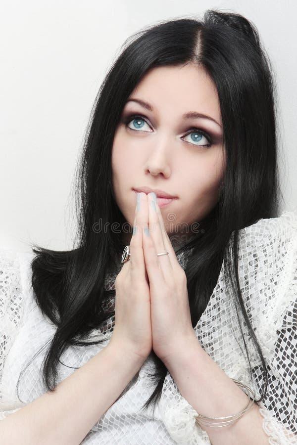 Portret van het jonge Kaukasische vrouw bidden royalty-vrije stock fotografie