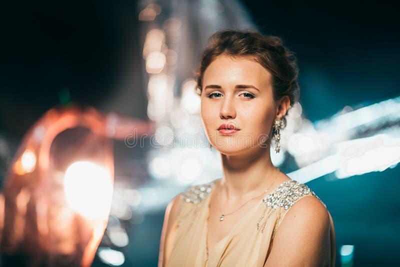Portret van het jonge meisje glimlachen op een vage achtergrond royalty-vrije stock foto's