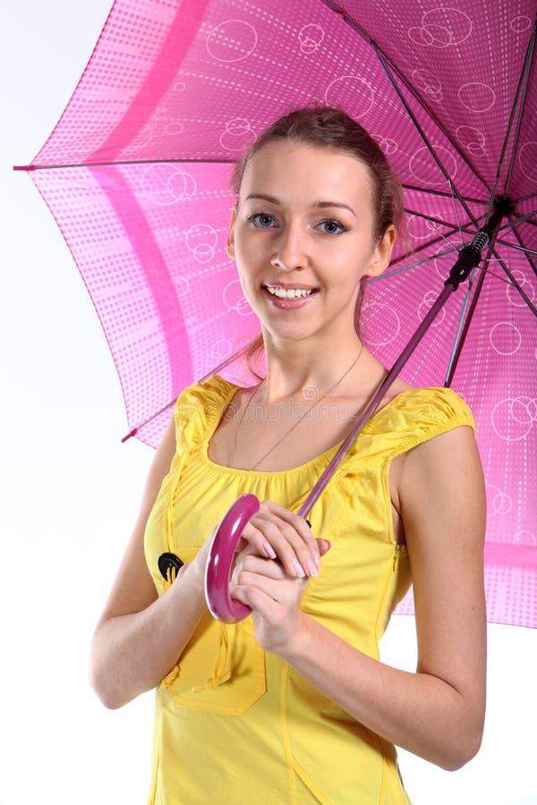 Portret van het jonge meisje met karmozijnrode paraplu stock fotografie
