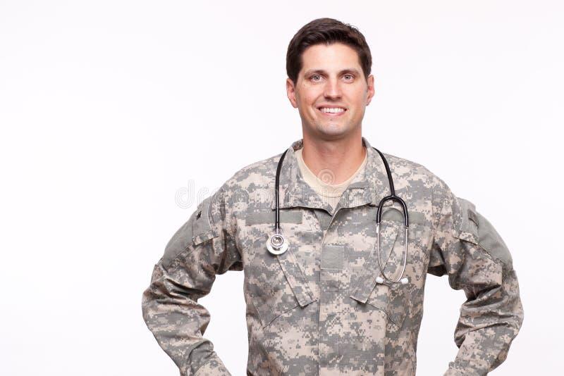 Portret van het jonge militaire arts stellen tegen witte backgro stock afbeelding