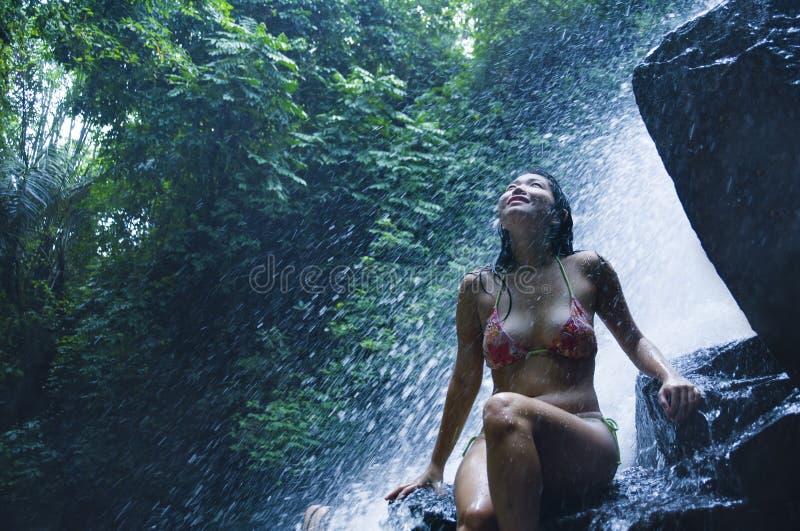 Portret van het jonge mooie Aziatische meisje zuiver kijken en het genieten van aard van schoonheid met gezicht nat onder verbaze stock foto