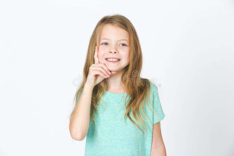 Portret van het jonge mooie blondemeisje denken voor witte achtergrond royalty-vrije stock foto