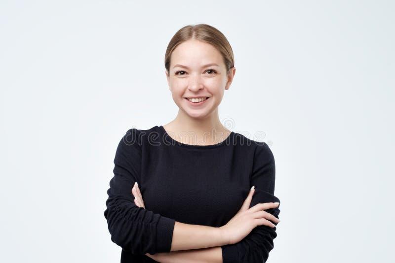 Portret van het jonge mooie leuke vrolijke meisje glimlachen die camera bekijken royalty-vrije stock foto's