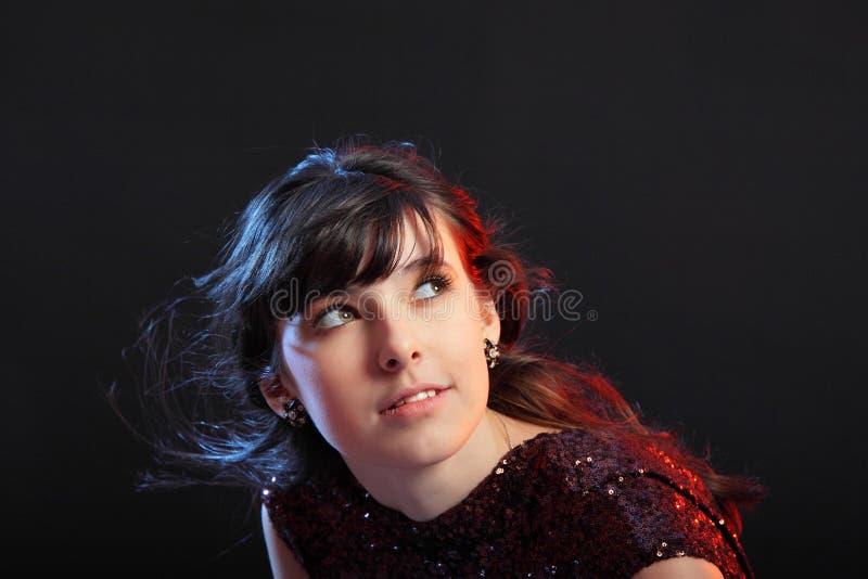 Portret van het jonge mooie meisje op donkere backg stock foto's