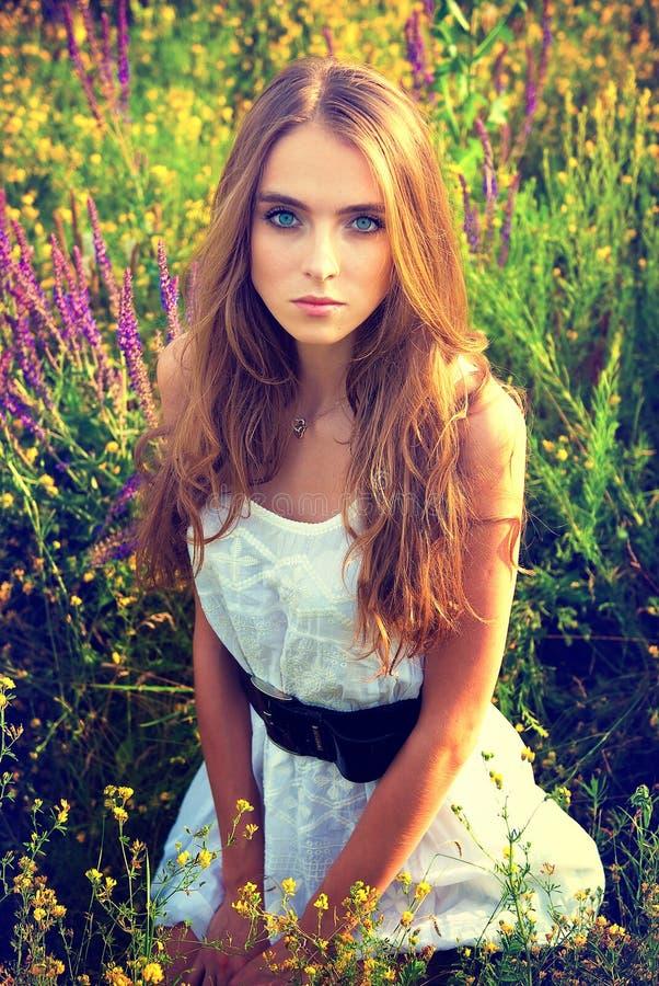 Portret van het jonge mooie meisje in openlucht royalty-vrije stock foto