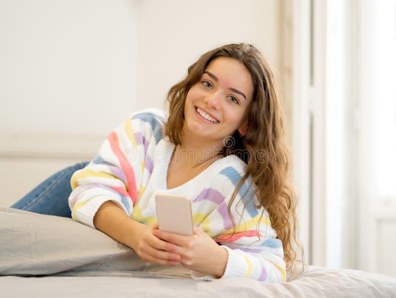Portret van het jonge mooie meisje texting en het babbelen op haar sma royalty-vrije stock foto's
