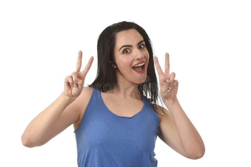 Portret van het jonge mooie Spaanse vrouw gelukkig en ontspannen glimlachen geïsoleerd op wit royalty-vrije stock afbeeldingen