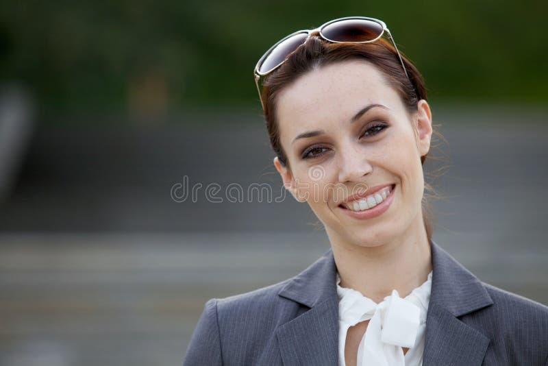 Portret van het jonge onderneemster glimlachen royalty-vrije stock foto