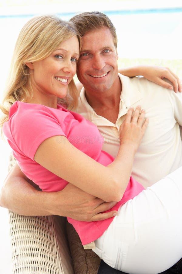 Portret van het Jonge Ontspannen van het Paar samen op Bank stock foto's