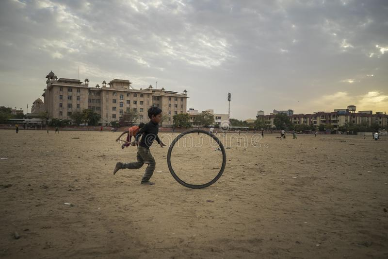 Portret van het jonge slechte jong geitje spelen met fietswiel in India royalty-vrije stock fotografie