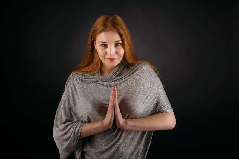 Portret van het jonge vrouw bidden stock afbeeldingen