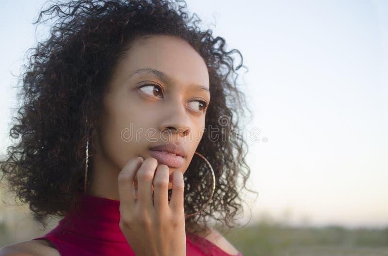 Portret van het jonge vrouw denken royalty-vrije stock afbeelding