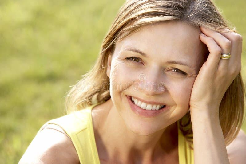 Portret van het jonge vrouw ontspannen in platteland stock foto