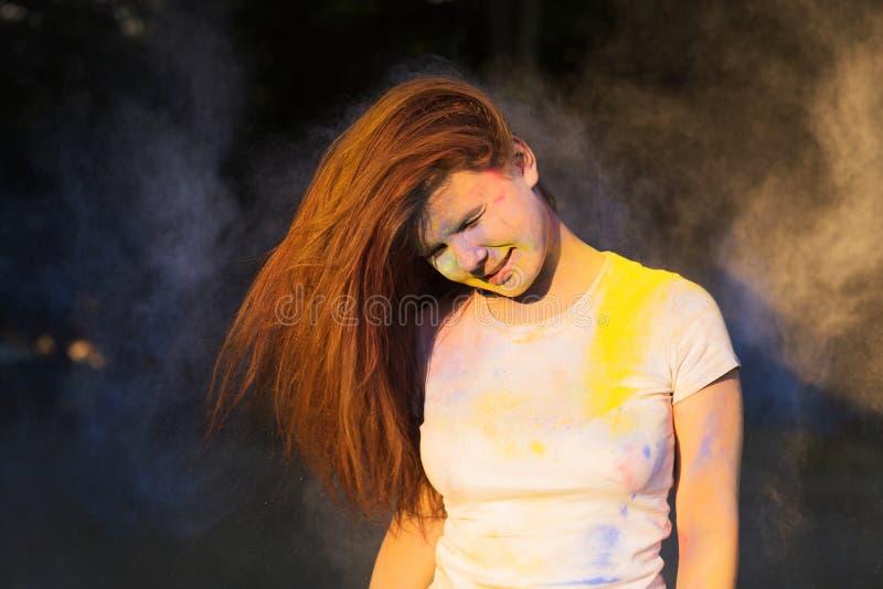 Download Portret Van Het Jonge Vrouw Spelen Met Droog Kleurenpoeder Op Mede Holi Stock Afbeelding - Afbeelding bestaande uit samenvatting, verf: 107706025