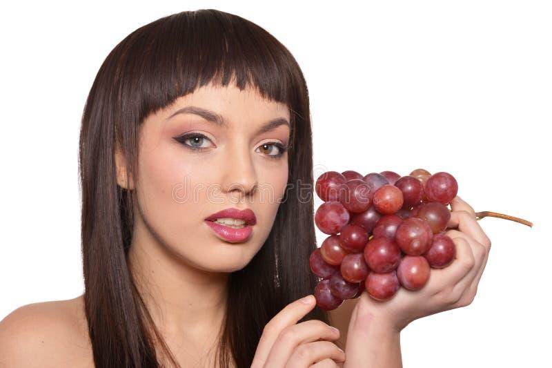 Portret van het jonge vrouw stellen met druiven stock afbeelding