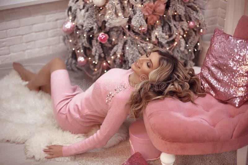 Portret van het Kerstmis het mooie meisje Mooie vrouwelijke huidige giftdoos Gelukkige Blondevrouw in roze doek met lang haar die stock fotografie