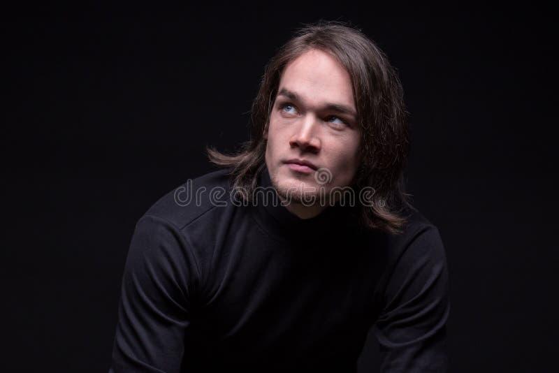 Portret van het kijken op de donkerbruine jonge mens stock foto's